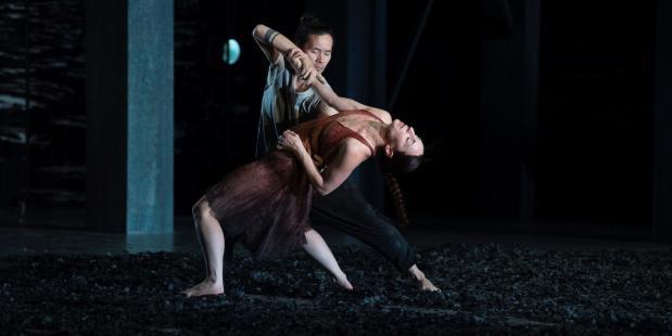 Twee dansers uit de voorstelling KIEM van Conny Janssen